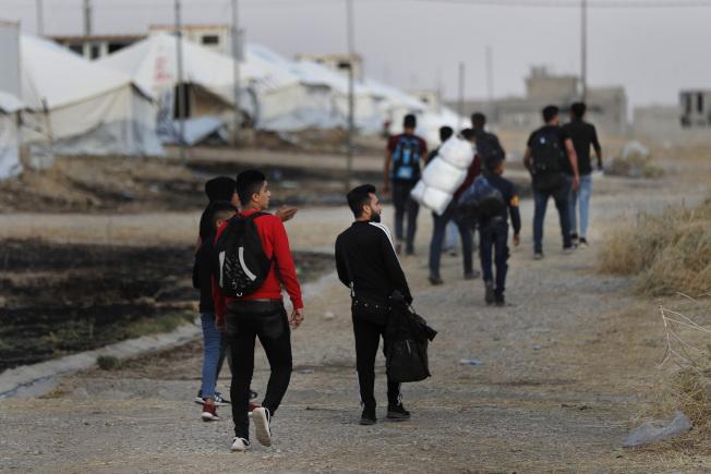 土耳其部隊越界進入敘利亞北部地區追擊庫德族,圖中的數以千計的難民自敘北逃難,進入伊拉克城鎮Bardarash難民收容區。(美聯社)