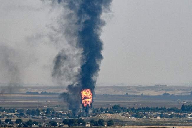 美土之間18日達成停火協議。土耳其軍隊進攻敘利亞北部,追擊庫德族民兵的行動在18日進入第10天,土耳其東南邊境的尚勒烏爾法省(Sanliurfa)杰伊蘭帕納爾鎮(Ceylanpinar)也遭到庫德族民兵反擊。土國17日自杰伊蘭帕納爾鎮攻擊敘境的艾因角(Ras al-Ayn),可見到濃煙滾滾。(Getty Images)
