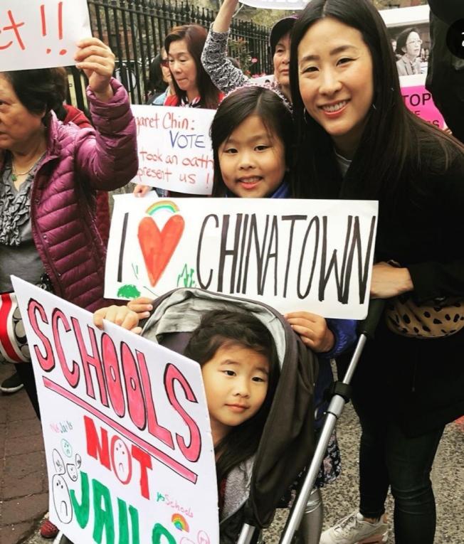 李榮恩與女兒在抗議活動上。(取自李榮恩Instagram)