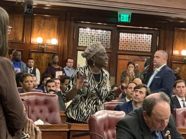 巴朗(發言者)投下反對票,表示投資新監獄不會解決司法制度對少數族裔的歧視。(記者和釗宇/攝影)