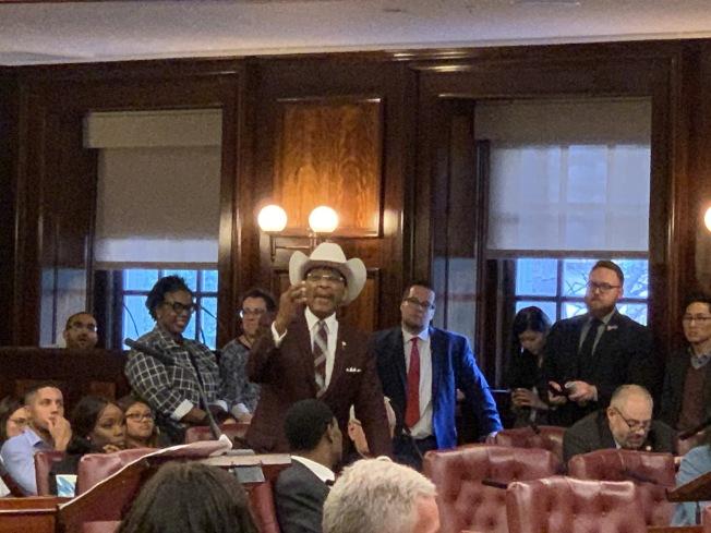 老迪亞茲(發言者)暗諷投票支持該計畫的市議員虛偽,表示他們完全缺乏與社區交流,毫不在乎社區的感受。(記者和釗宇/攝影)