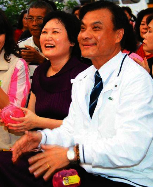 立法院長蘇嘉全(右)的妻子洪恆珠(左)將退出民進黨參選立委。 (本報資料照片)