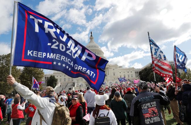 最新民調顯示贊成彈劾川普總統的支持度繼續升高。圖為支持川普總統的民眾17日在國會前反對眾院彈劾川普總統的調查。(路透)