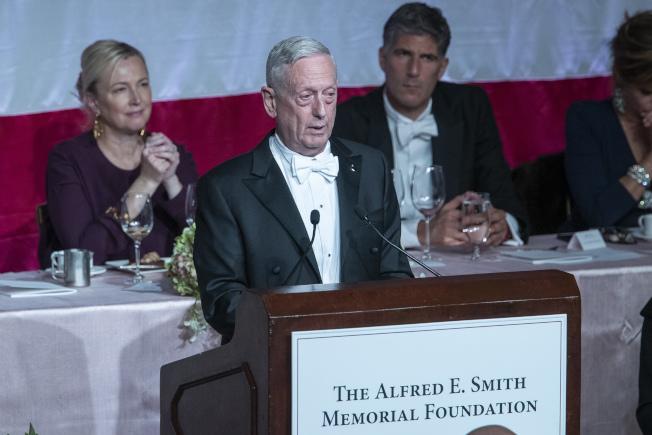 前國防部長前馬提斯17日出席紐約慈善活動時,針對川普總統批評他是「世界上最過譽的上將」,自嘲自己是「最偉大、全球最過譽的上將」。(美聯社)