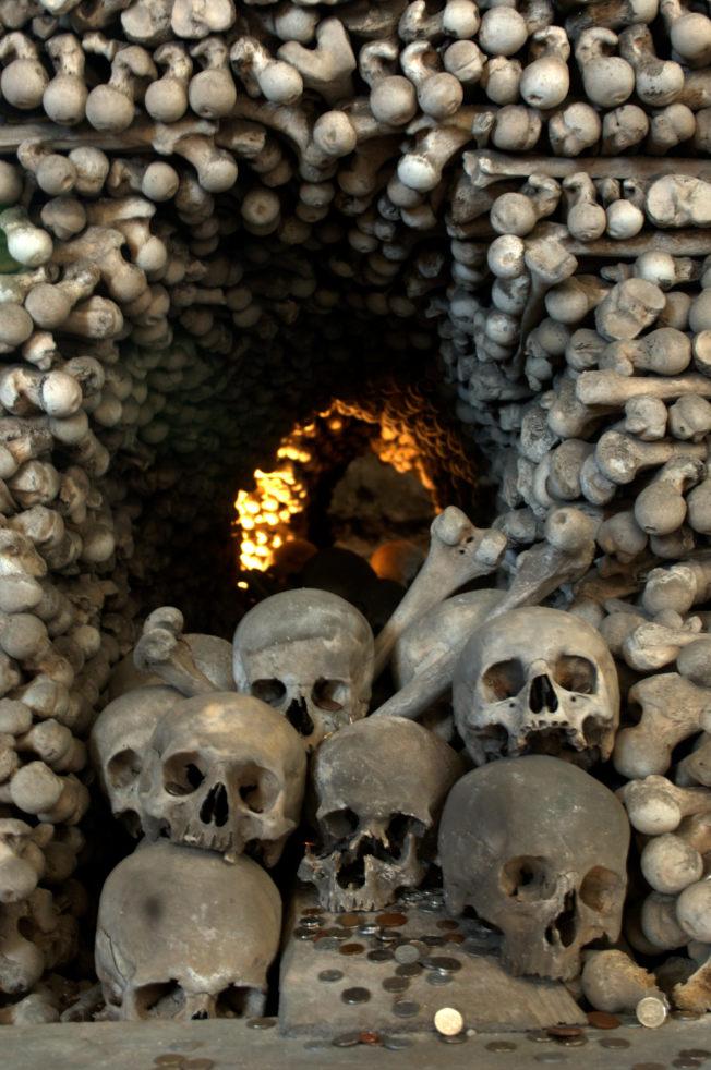 這些人骨大多來自14世紀黑死病和戰爭中的死者。(Getty Images)