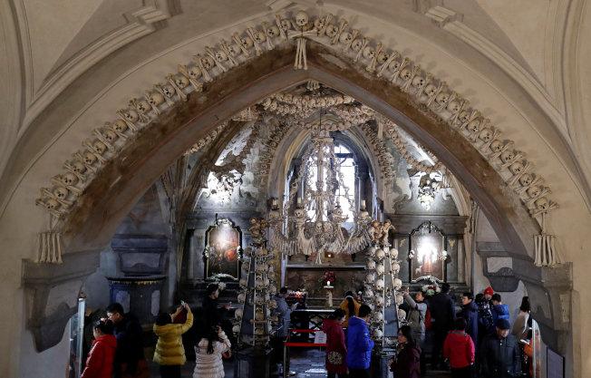 捷克的塞德萊茨教堂以4萬具人骨做裝飾。(路透)