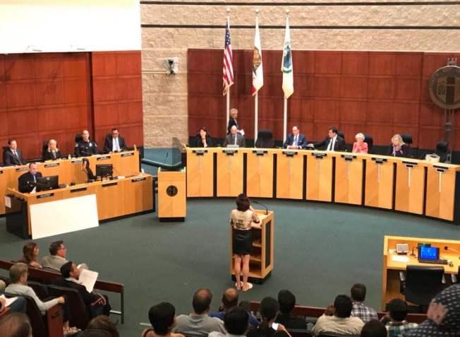 爾灣華裔市民此前在市議會例會陳詞反對在爾灣建遊民收容所。(記者尚穎/攝影)