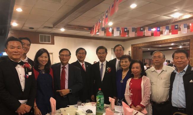 包括會計師林清吉在內的僑胞,出席雙十國慶餐會,與台北經文處處長朱文祥合影。(記者胡清揚╱攝影)
