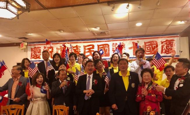 南加州中國大專院校聯合校友會代表在餐會上高歌助興。(記者胡清揚╱攝影)