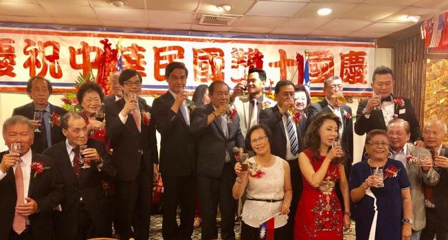 駐洛杉磯台北經濟文化辦事處與羅省中華會館,日前在華埠舉行中華民國雙十國慶餐會,大家一起舉杯祝福民主自由的中華民國國運昌隆。(記者胡清揚╱攝影)