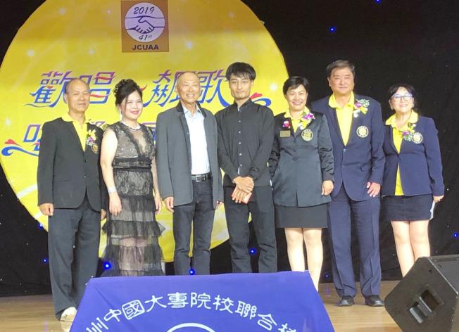 祁志(右四)決賽時以一首「流著淚說分手」,不僅贏得社會青年組冠軍(300元獎金),更獲得評審特別獎(500元獎金)。