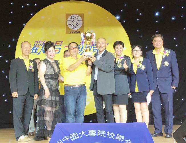 東吳大學勇奪團體總冠軍。(記者胡清揚╱攝影)