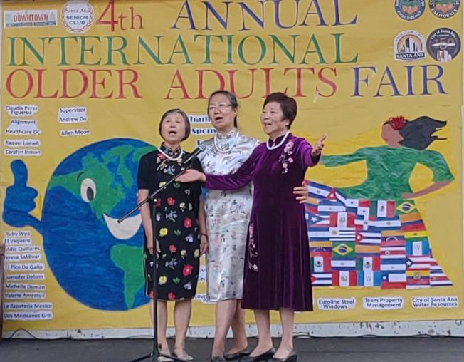 橙縣亞美老人服務中心長輩會員提供多項歌舞表演。(圖:亞美老人服務中心提供)