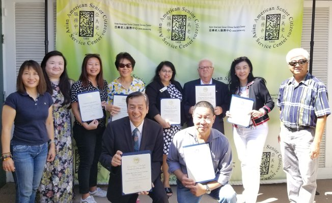 2020年人口普查橙縣華裔社區完整統計委員會正式啟動,Andrew Do的代表Ofelia Velarde-Garcia(後排右四)到活動現場致賀,並頒贈表揚狀給共同成立委員會的華裔組織和團體代表。(圖:亞美老人服務中心提供)