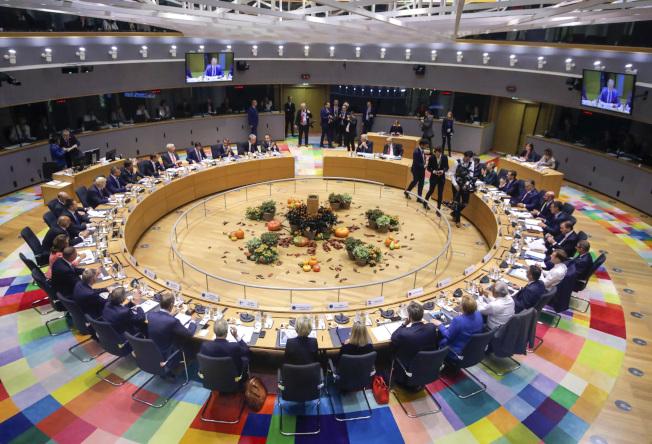 歐盟17日在比利時首都布魯塞爾開會通過與英國的脫歐條件。(美聯社)