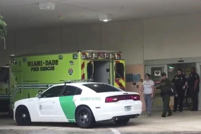 移民執法人員到醫院和健保系統進行檢查的現象在全國日益普遍。圖為邊界巡邏隊員押送一名女子離開醫院。(美聯社)