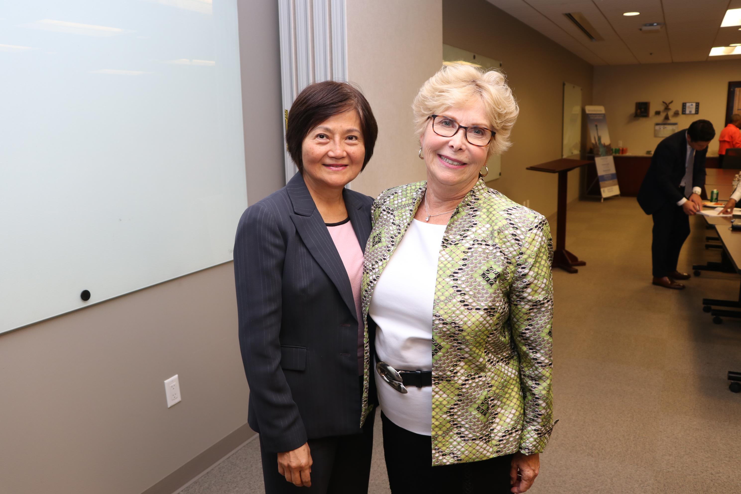 休士頓資深會計師江桂芝(圖左)與紐約人壽的社安金專家Mary Franklin(圖右)研討2020年社安金的最新策略。(記者封昌明/攝影)