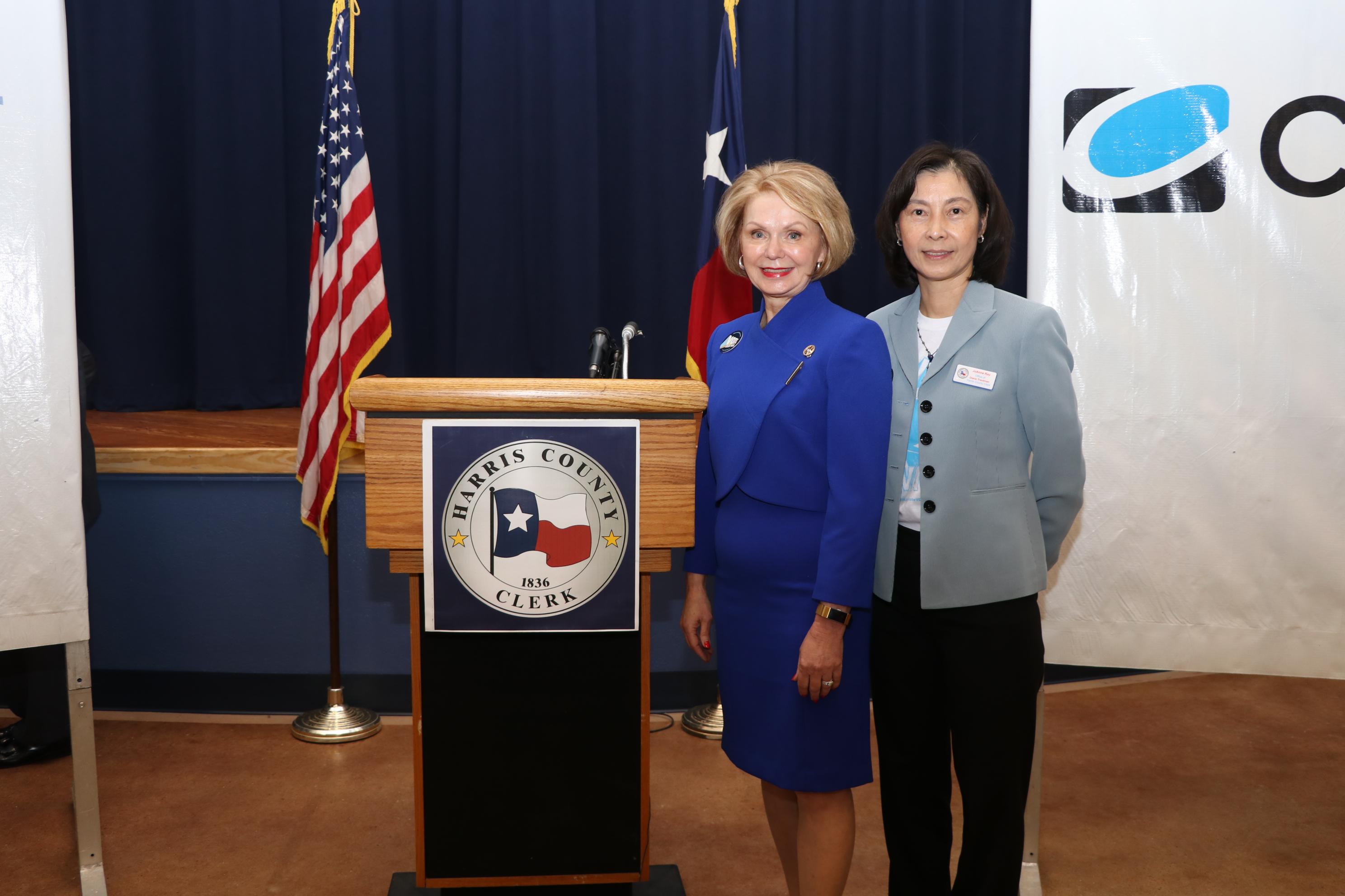 哈瑞斯縣選民服務處華裔召集人JoAnne Ray芮久玟(圖右)與Dr. Diane Trautman(圖左)呼籲選民踴躍投票。(記者封昌明/攝影)