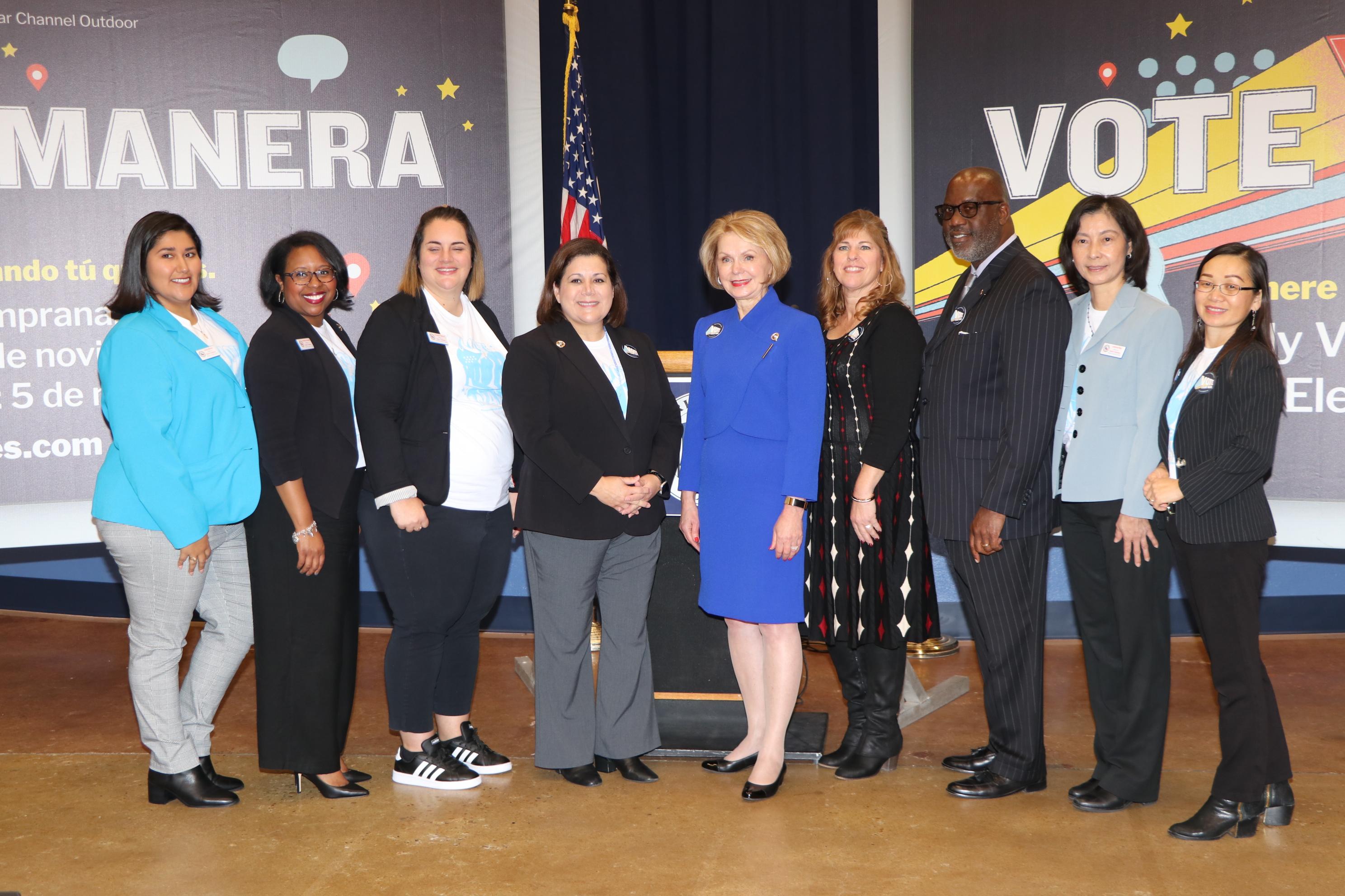 哈瑞斯縣書記官Dr. Diane Trautman(右五)率官員向外界說明今年的選舉新政。(記者封昌明/攝影)