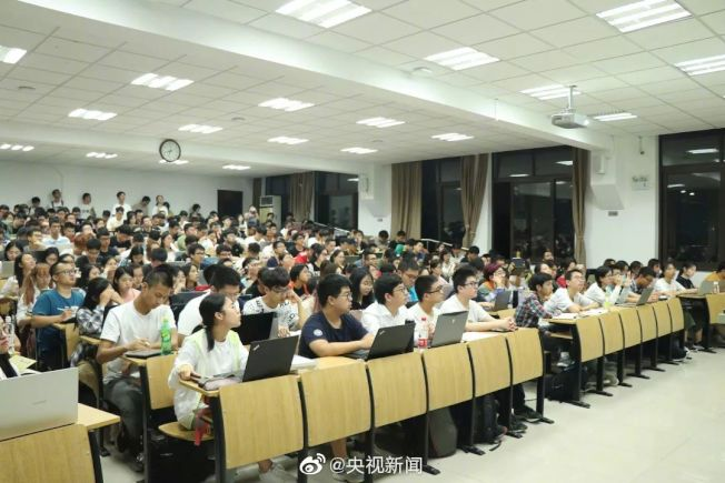 上海復旦大學新開一門通識課,課名叫做「似是而非」,吸引超過千名學生選課。(取材自微博)