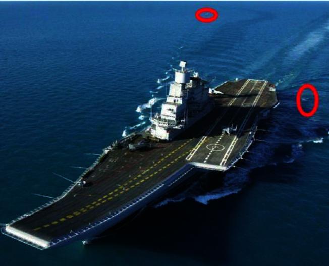 遼寧艦每次在出海執行任務的時候,後面總有鯊魚和鯨魚尾隨。 (取材自微博)