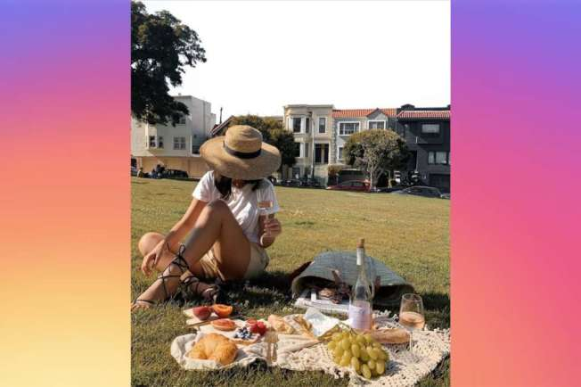 看似輕鬆的野餐,其實是圖中葡萄酒的廣告。(取自Instagram)