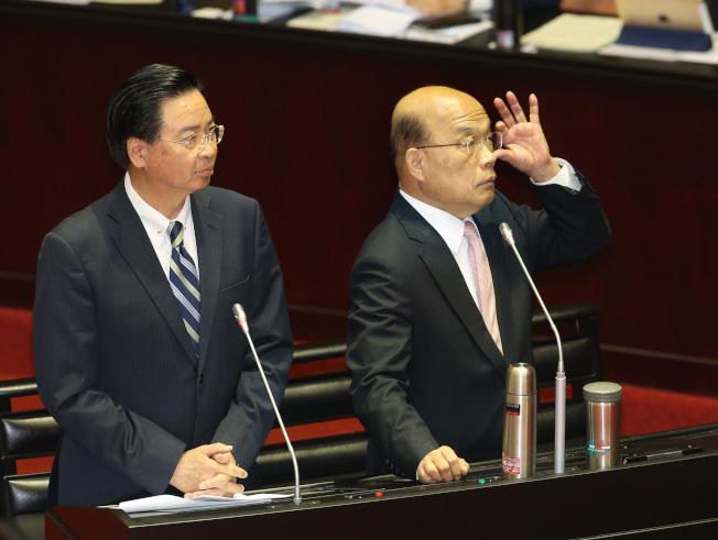 行政院長蘇貞昌(右)與外交部長吳釗燮18日上午到立法院備詢,表示在外交上雖然被打壓,但台方與美、日關係上有更密切的互動。(記者林澔一/攝影)