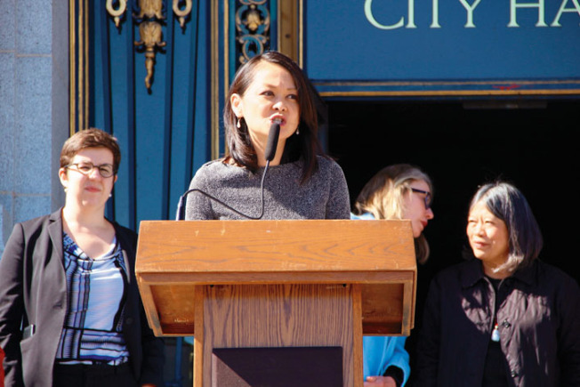 眾多女性官員呼籲踴躍投票。左二為估值官朱嘉文。(記者李晗╱攝影)