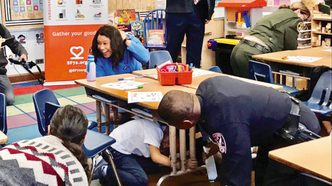 市長布里德與孩子們模擬強震來臨時儘快趴入桌子底下。(記者黃少華╱攝影)