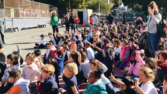 Rosa Parks小學的學生在操場完成全部演習步驟後為自己鼓勵。(記者黃少華╱攝影)