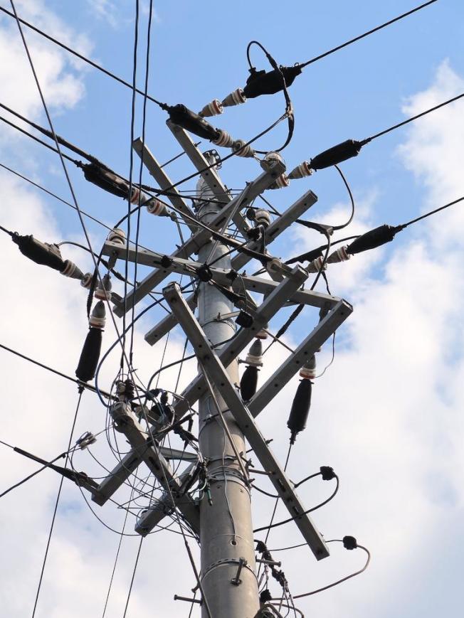 聖荷西一處PG&E電線桿和輸電路線。(電視新聞截圖)