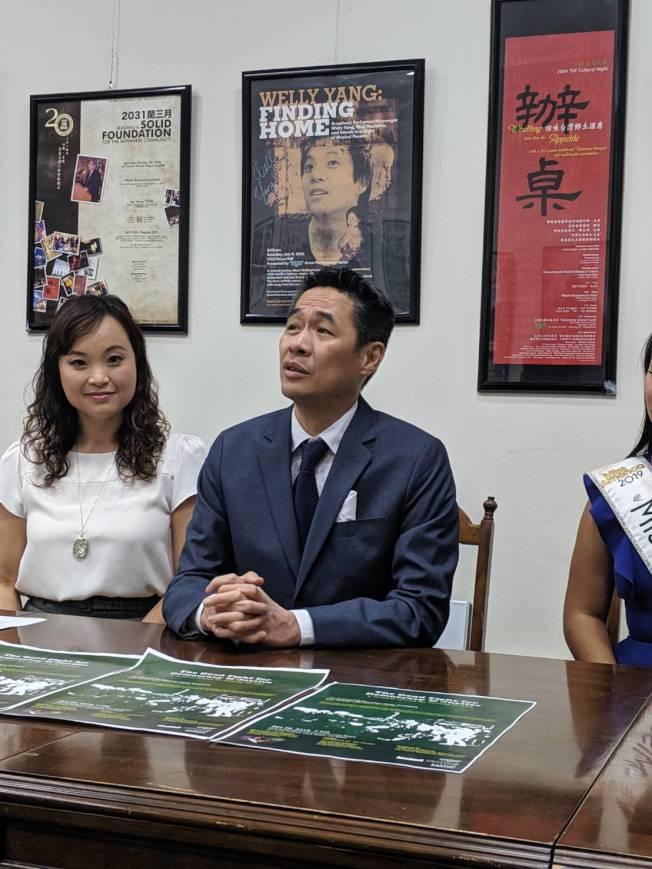 李豐旭(右)為此次《向為民主自由奮鬥的無名英雄致敬》音樂劇作曲、寫劇本。(記者蕭永群/攝影)