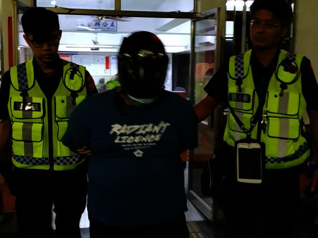 李姓男子17日與母親爭吵後,持利剪刺死母親,警方晚間將他移送地檢署。(記者邱奕能/攝影)
