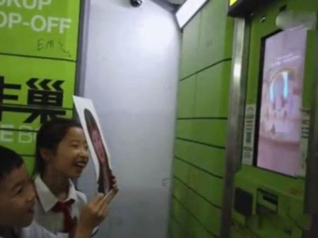 高科技的豐巢智能快遞櫃,竟然靠電腦打印的照片就能刷臉解鎖。(視頻截圖)