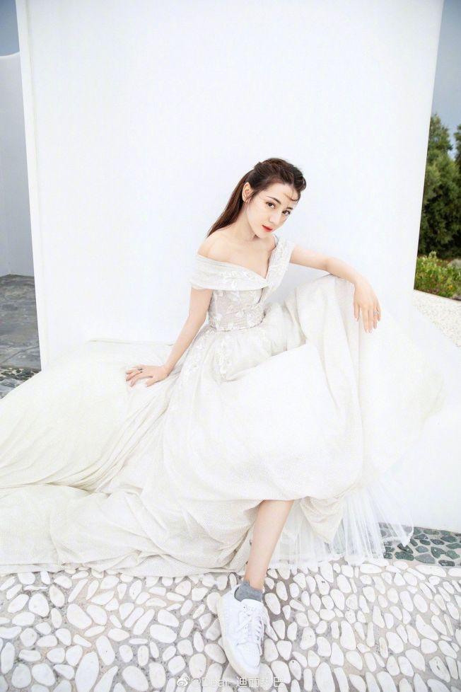 迪麗熱巴一襲雪白浪漫婚紗,仙氣十足。(取材自微博)