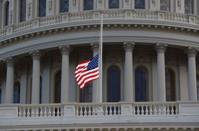 川普總統17日下令全國降半旗,以示對剛過世的國會眾議員康明斯的哀悼與尊崇。(Getty Images)