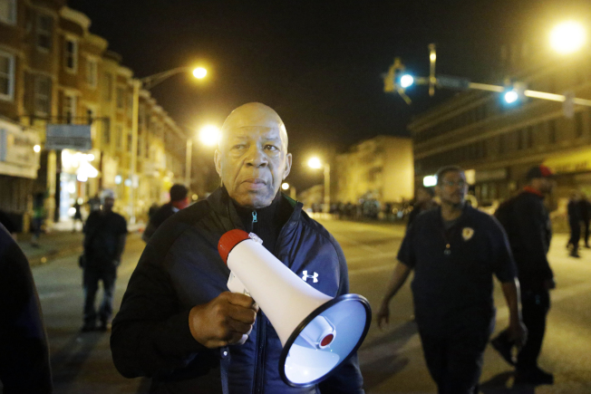 民主黨資深國會眾議員康明斯16日因病過世,他生前為脫貧與民權發言。圖為今2015年在巴爾第摩參與當地社區的民權活動。(美聯社)