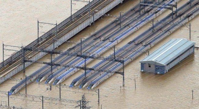 千曲川氾濫淹水達10公尺深,JR長野新幹線車輛中心有10個編組(10列)的北陸新幹線列車成了泡水車,占全部車輛的三分之一。歐新社