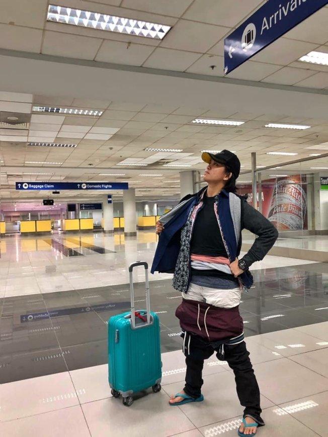 菲律賓一名女子為避免支付額外費用,在機場「出大絕」減輕行李重量。圖/取自臉書