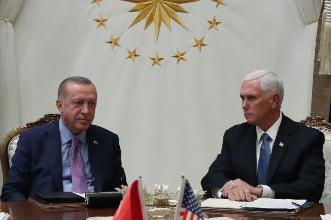 美國副總統潘斯(右)17日赴土耳其會晤土國總統厄多安(左)。 圖╱GettyImages