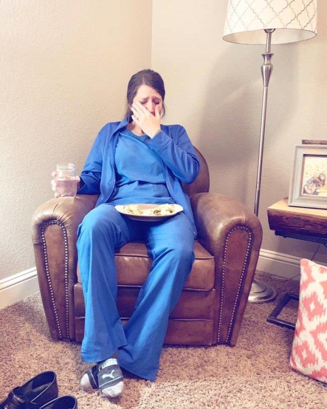 卡蒂連續工作四天,下班後累癱大哭。圖/取自臉書