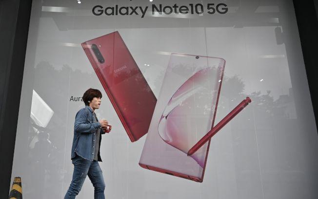 圖為一名婦女走過三星Galaxy Note10 廣告看板。Getty Images