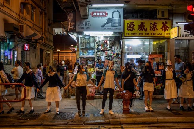 18日晚,香港學生與民眾組成人鏈,反政府禁蒙面法。(Getty Images)