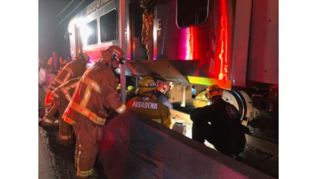 巴沙迪那金綫車站18日淩晨發生車禍,一名乘客似乎是在準備上車時不慎跌入車道並被捲入輕軌底部,消防人員展開大規模搶救行動,最終將傷員救出,但傷者傷情嚴重。(消防局提供)