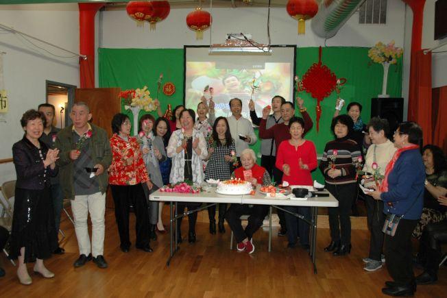芝加哥廣州協會在今年四月份為生日的會員慶祝,歡欣同樂。
