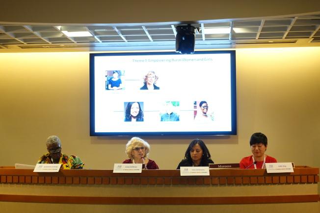 冷靜(右一)分享愛庫存協助女性創業和就業的經驗。(記者金春香/攝影)