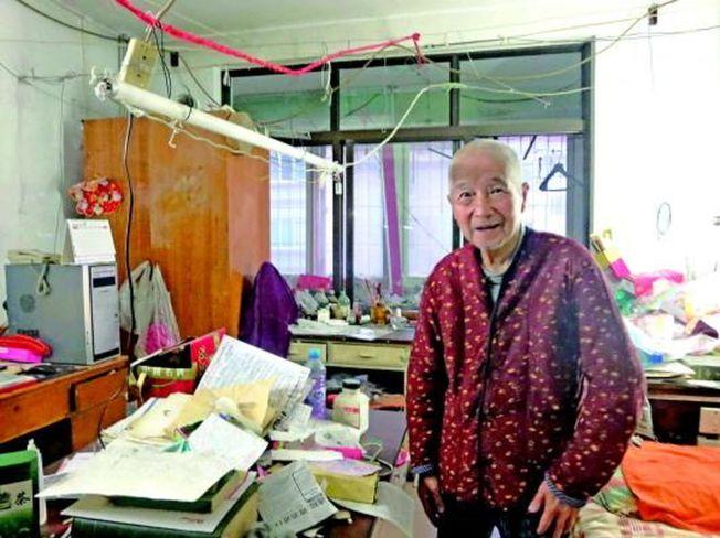 林甘穿著岳母留下的花棉衣,屋裡的家具多是朋友送的和外面撿的。(取材自生活日報)