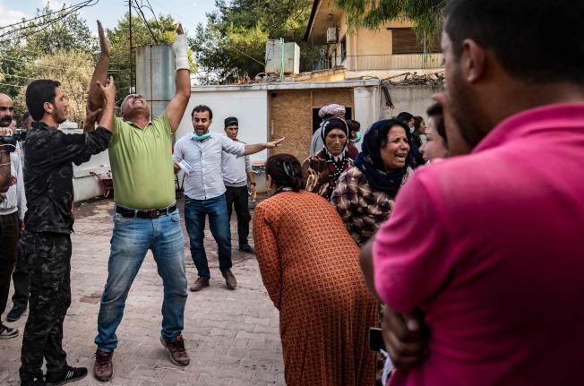 儘管達成停火協議,土耳其仍然砲擊敘利亞境內的庫德族據點。圖為土軍砲火擊斃一名庫德族人,周圍的庫德族人反應激烈。(Getty Images)