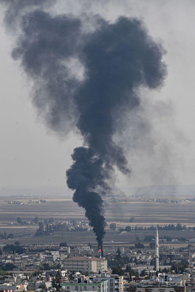 儘管達成停火協議,土耳其仍然砲擊敘利亞境內的庫德族據點。圖為土軍砲火擊中敘利亞邊境庫德族聚居小鎮。(Getty Images)