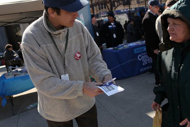 十年一度的全美人口普查將在2020年登場,人口普查局調查大軍即日起就可能挨家挨戶敲門拜訪,為人口普查做準備。圖為人口普查推廣員工向民眾解說。(Getty Images)